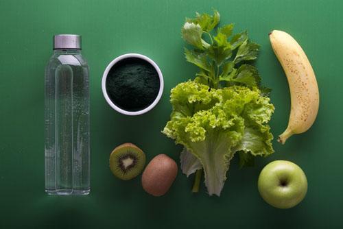 naturalus maistas sveikas maista bananas salotos vaisiai kiwi vanduo